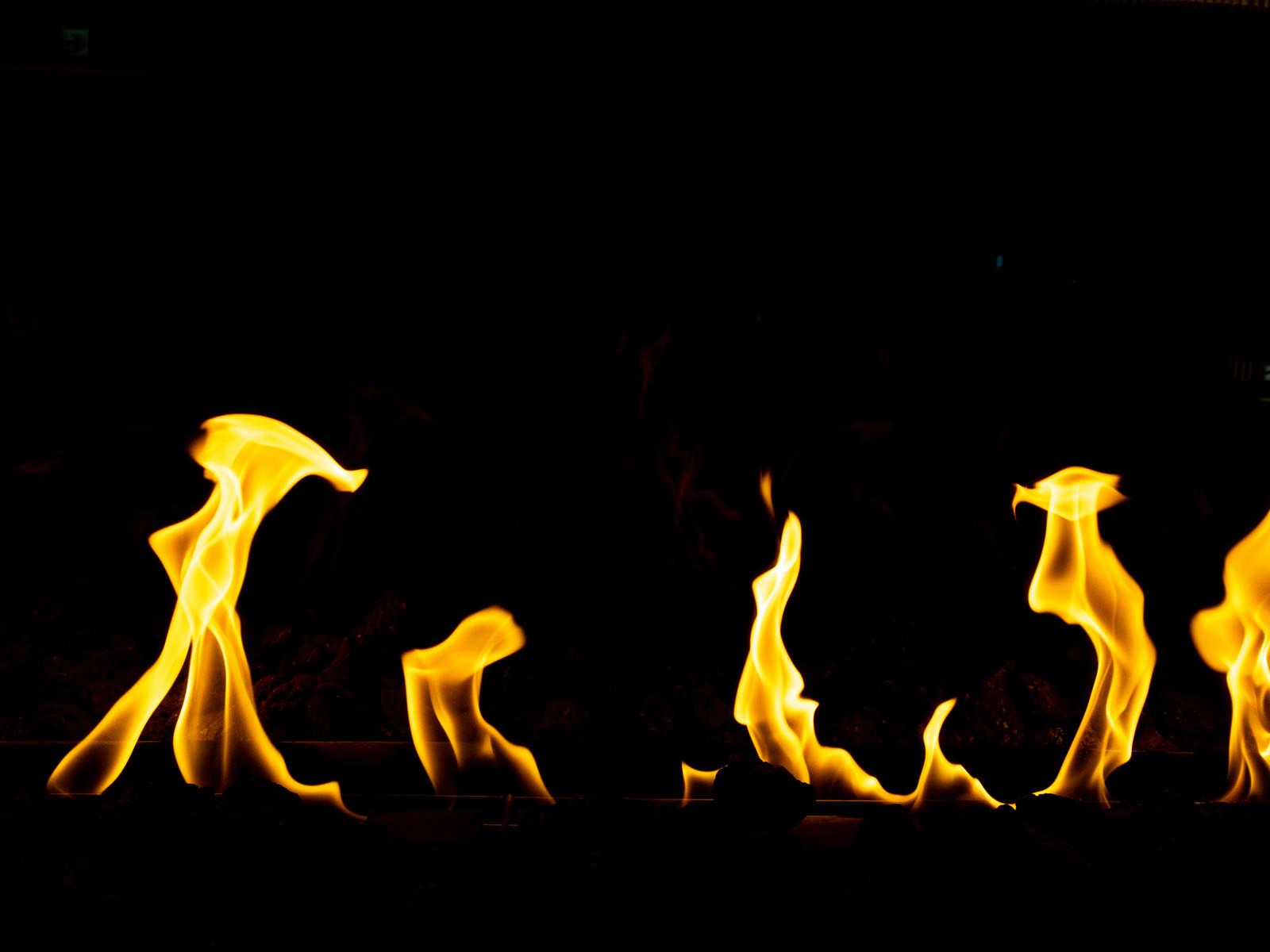 「燃え上がる暖炉内の炎」の写真