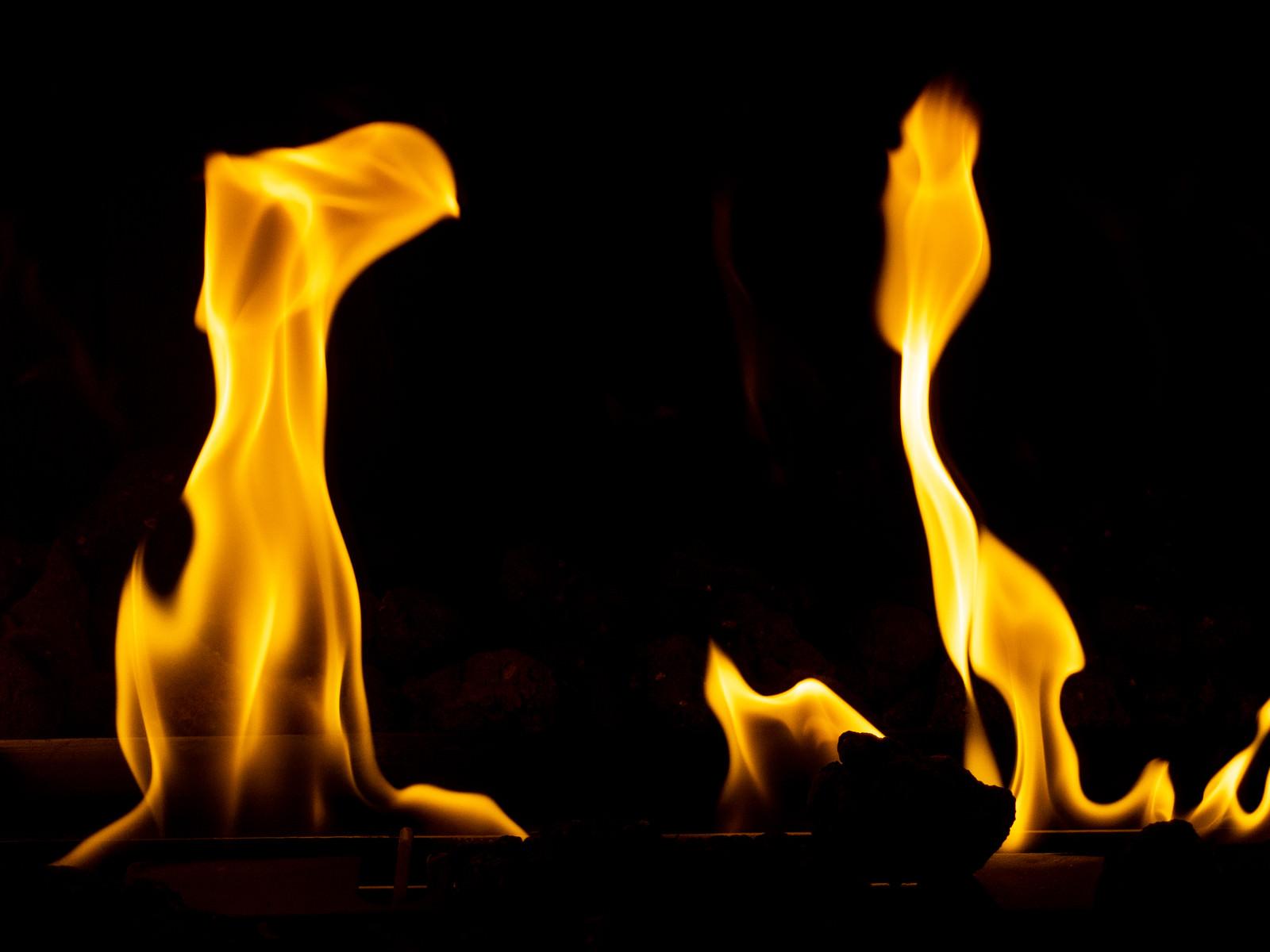「めらめら暖かい暖炉の炎」の写真