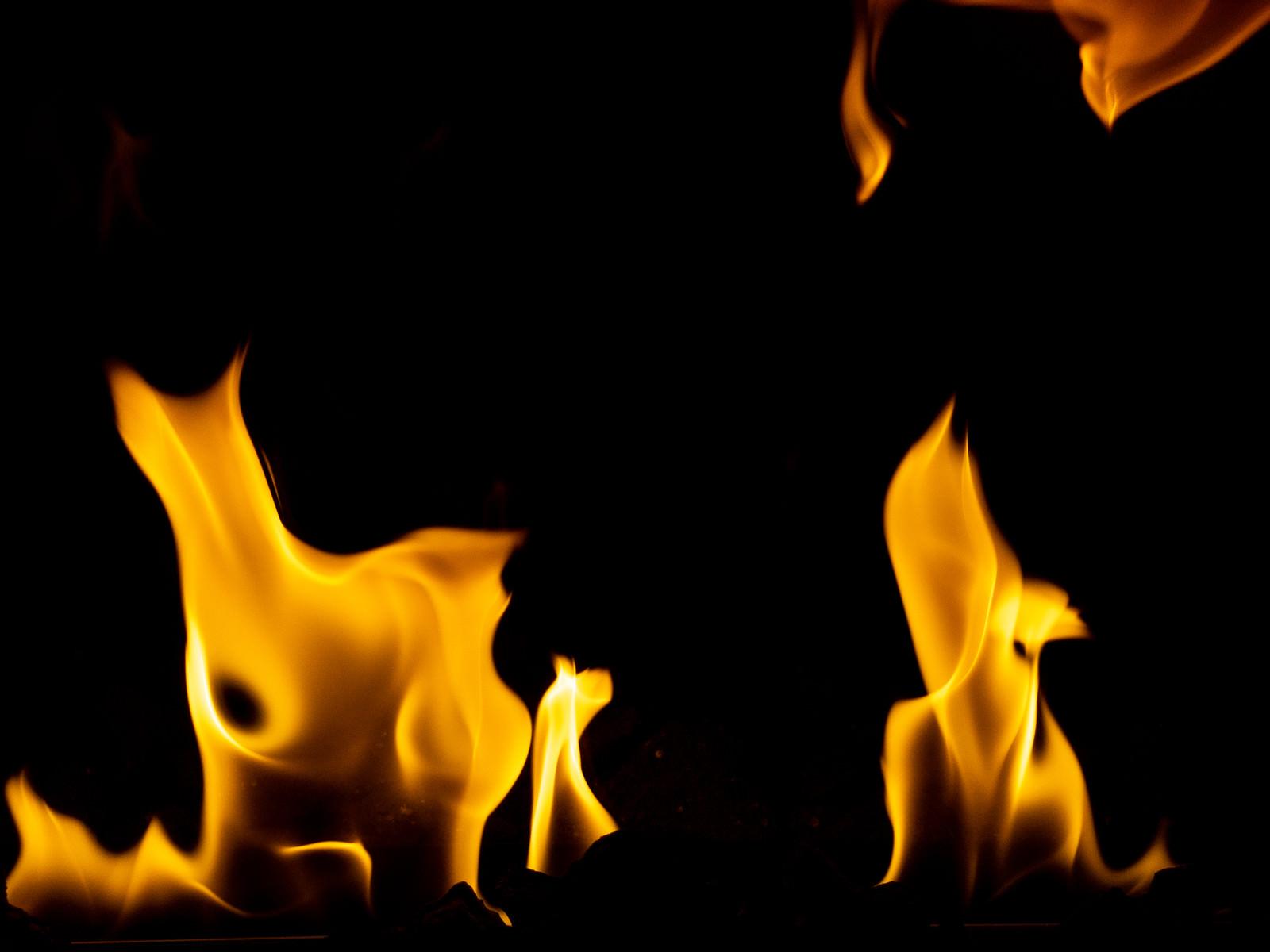「暖炉の炎の様子」の写真