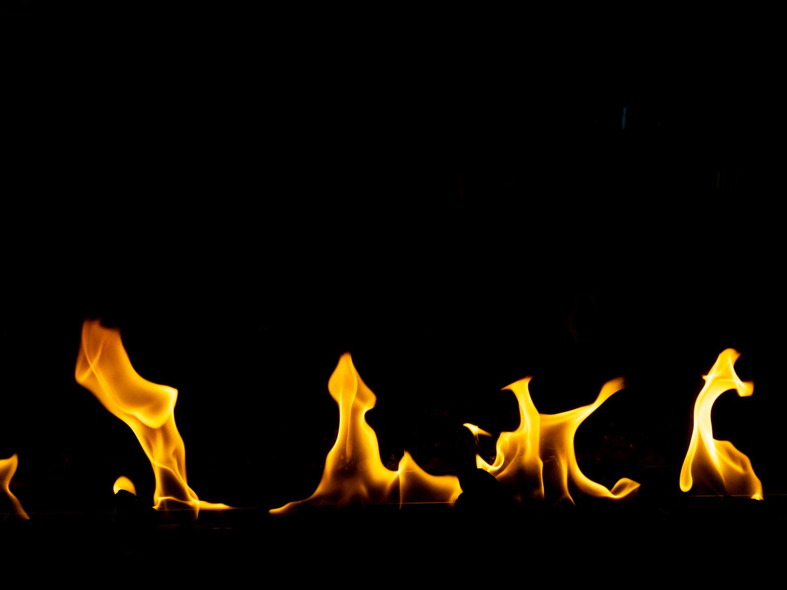 「メラメラと揺れる炎の様子」の写真