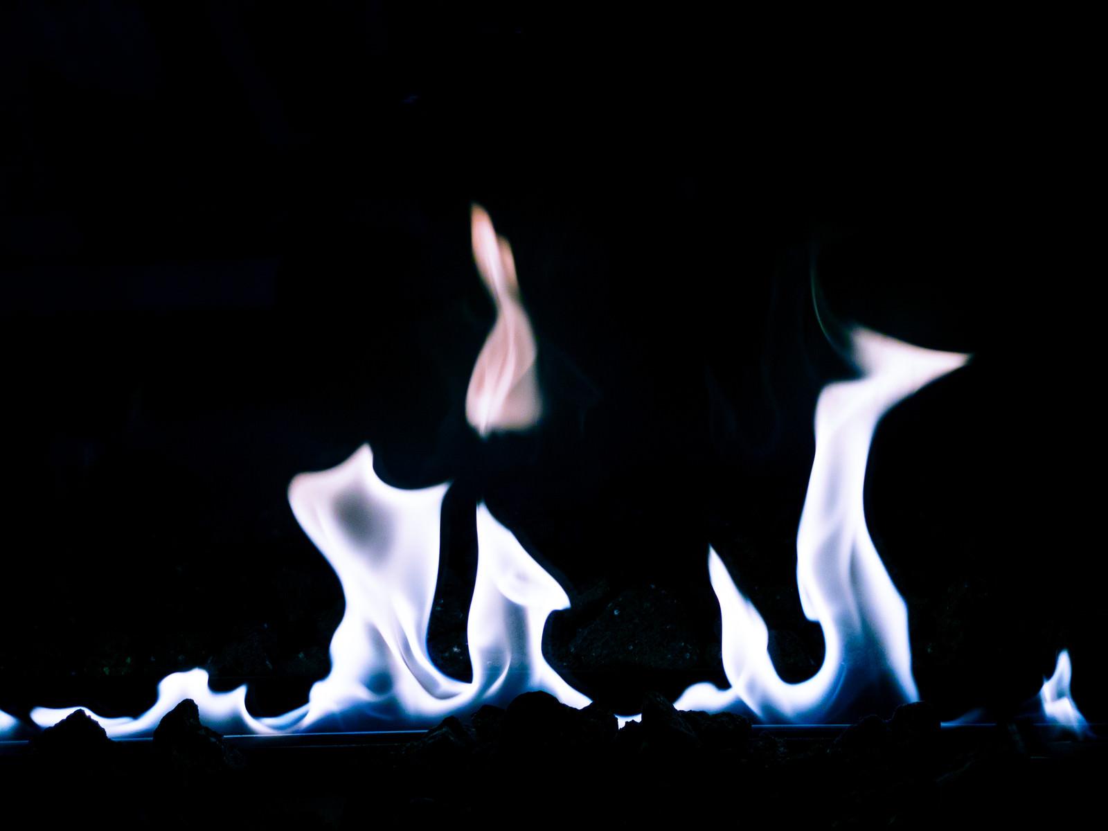 「メラメラ燃える青白い火」の写真