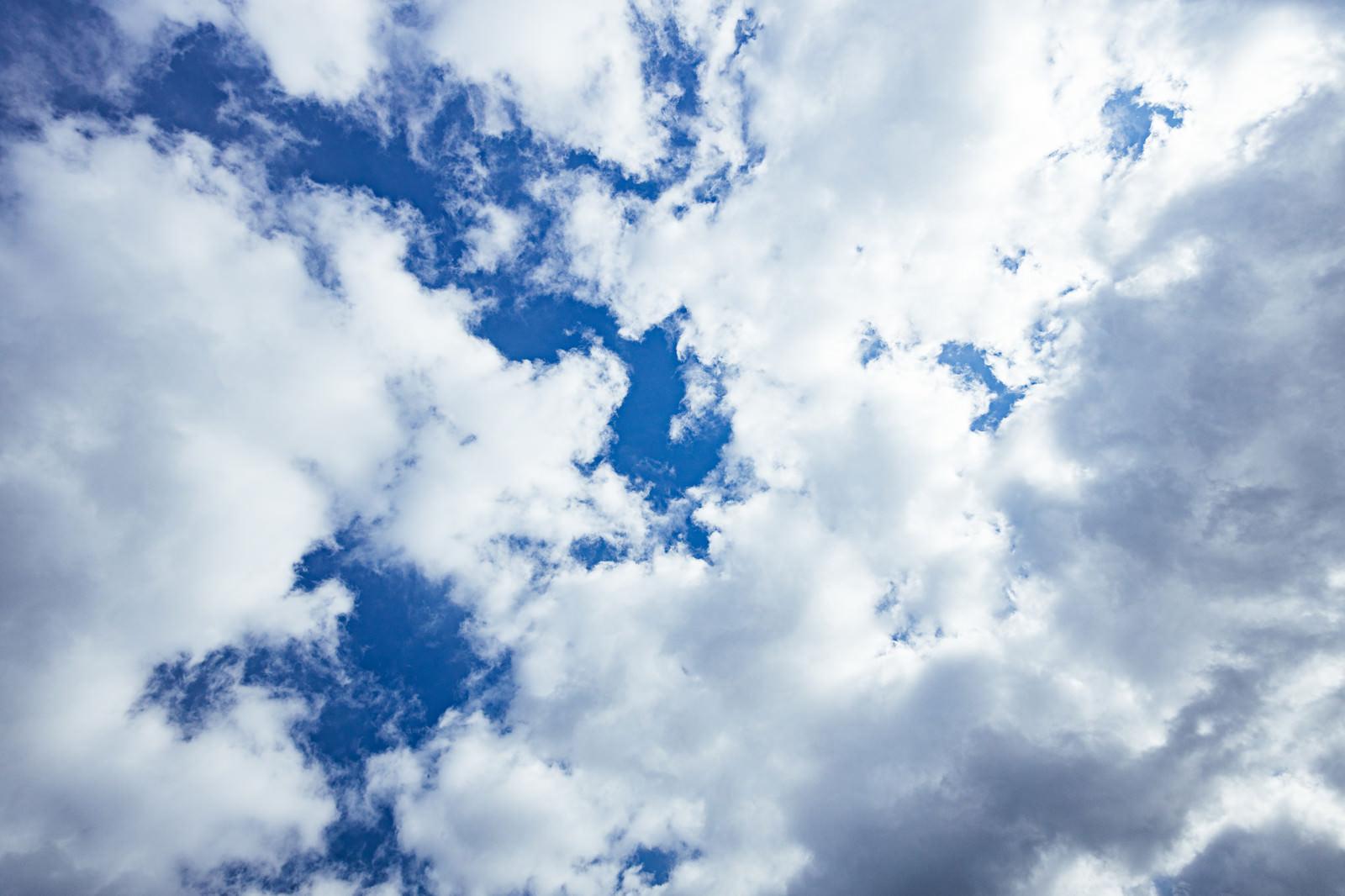 「綿雲の合間から見える青空」の写真