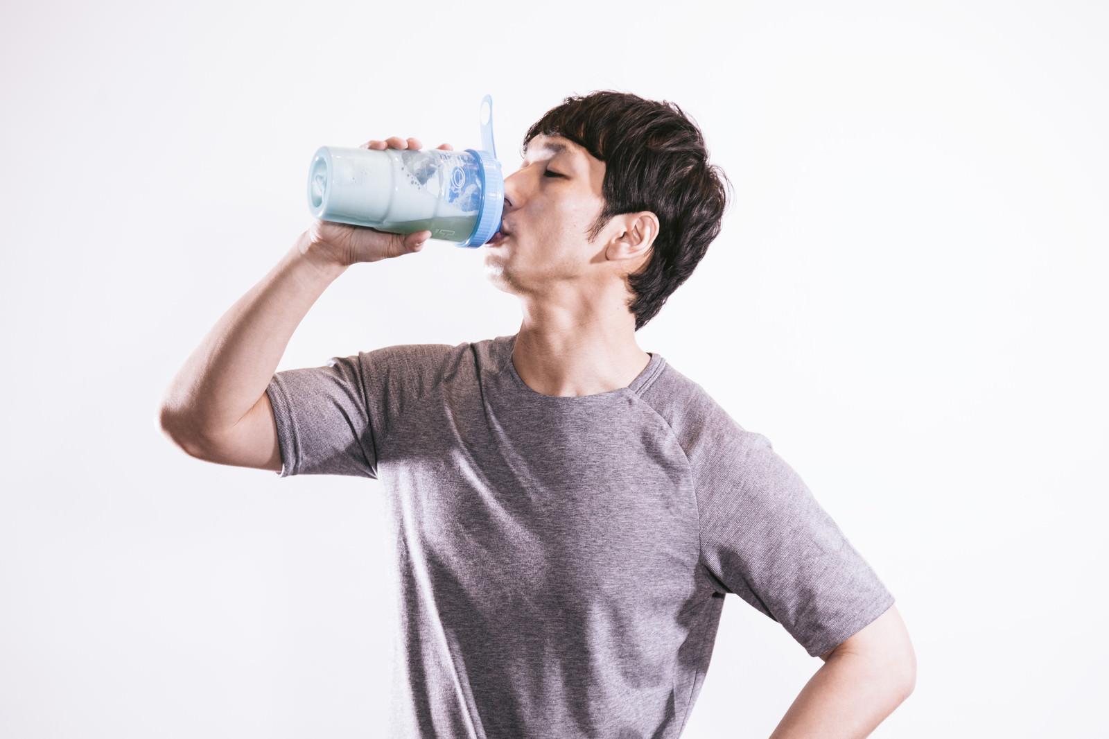 「運動後45分のゴールデンタイムにプロテインを飲むトレーニー」の写真[モデル:大川竜弥]