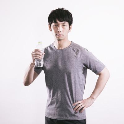 スポーツドリンクを飲む男性の写真