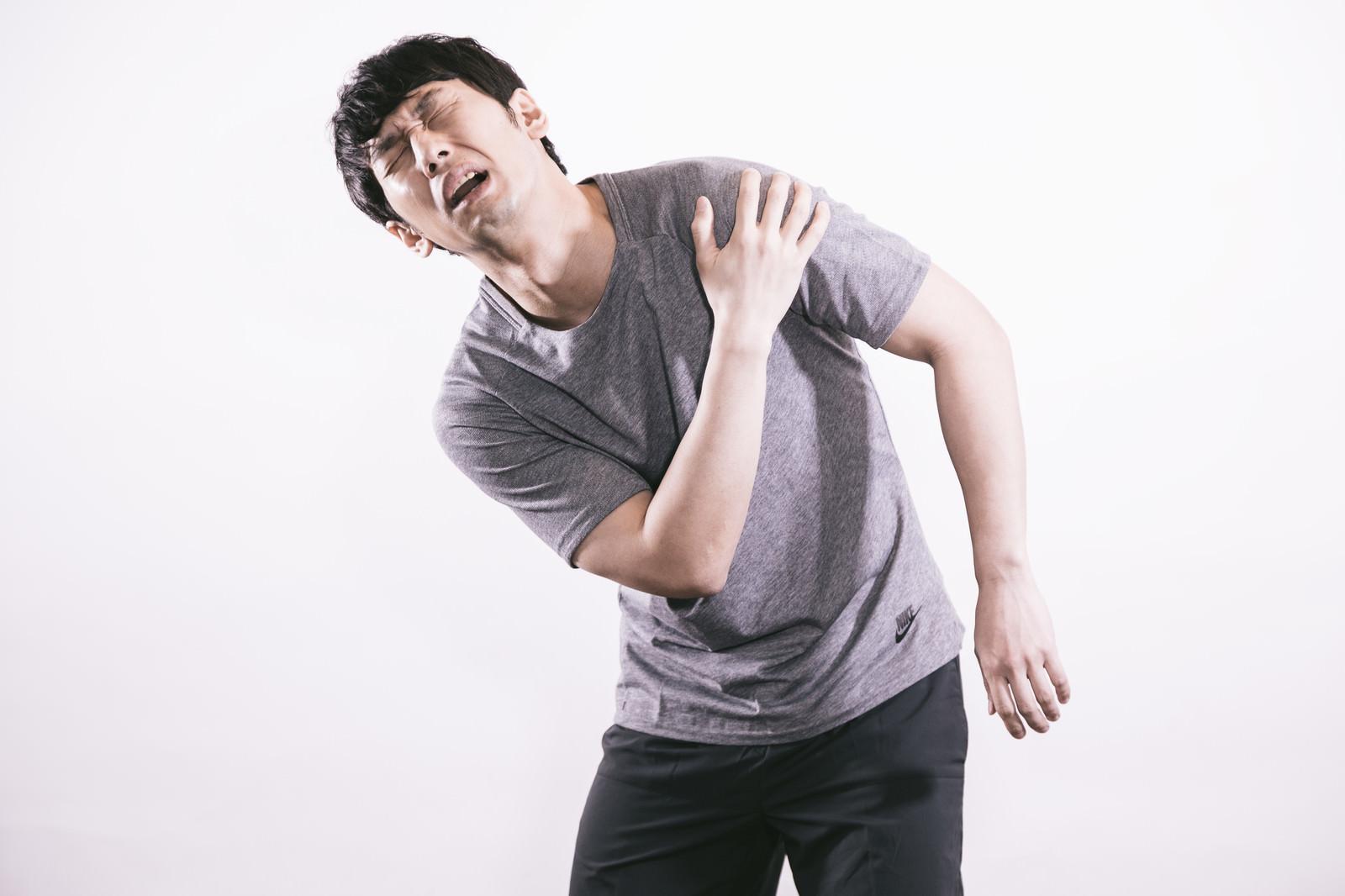 「肩の痛みに悩むサウスポー」の写真[モデル:大川竜弥]