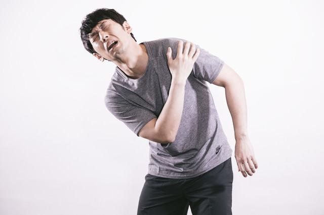 肩の痛みに悩むサウスポーの写真
