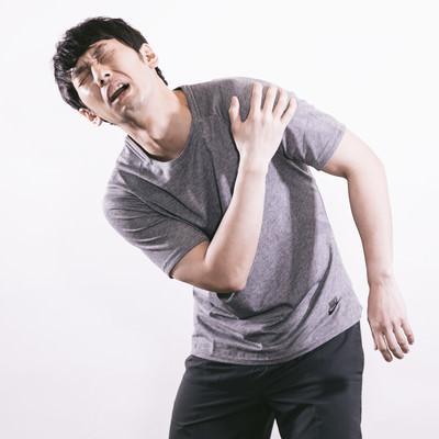 「肩の痛みに悩むサウスポー」の写真素材