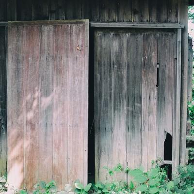 荒廃した無人の住宅の写真