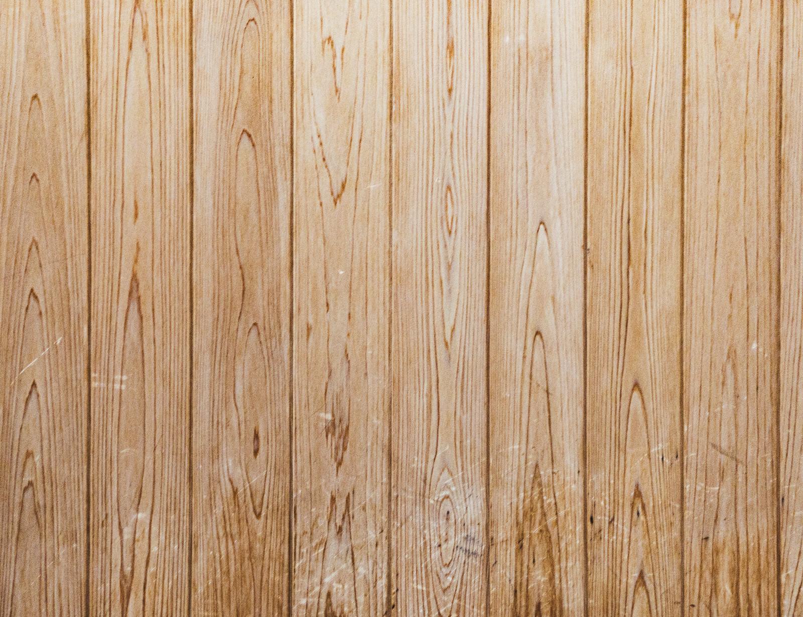 「傷の残る木目調の壁(テクスチャ)」の写真