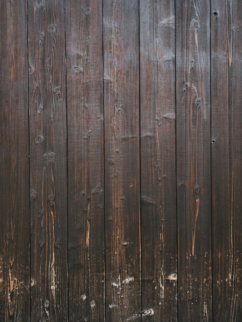 「擦り傷が残る木目の板」の写真