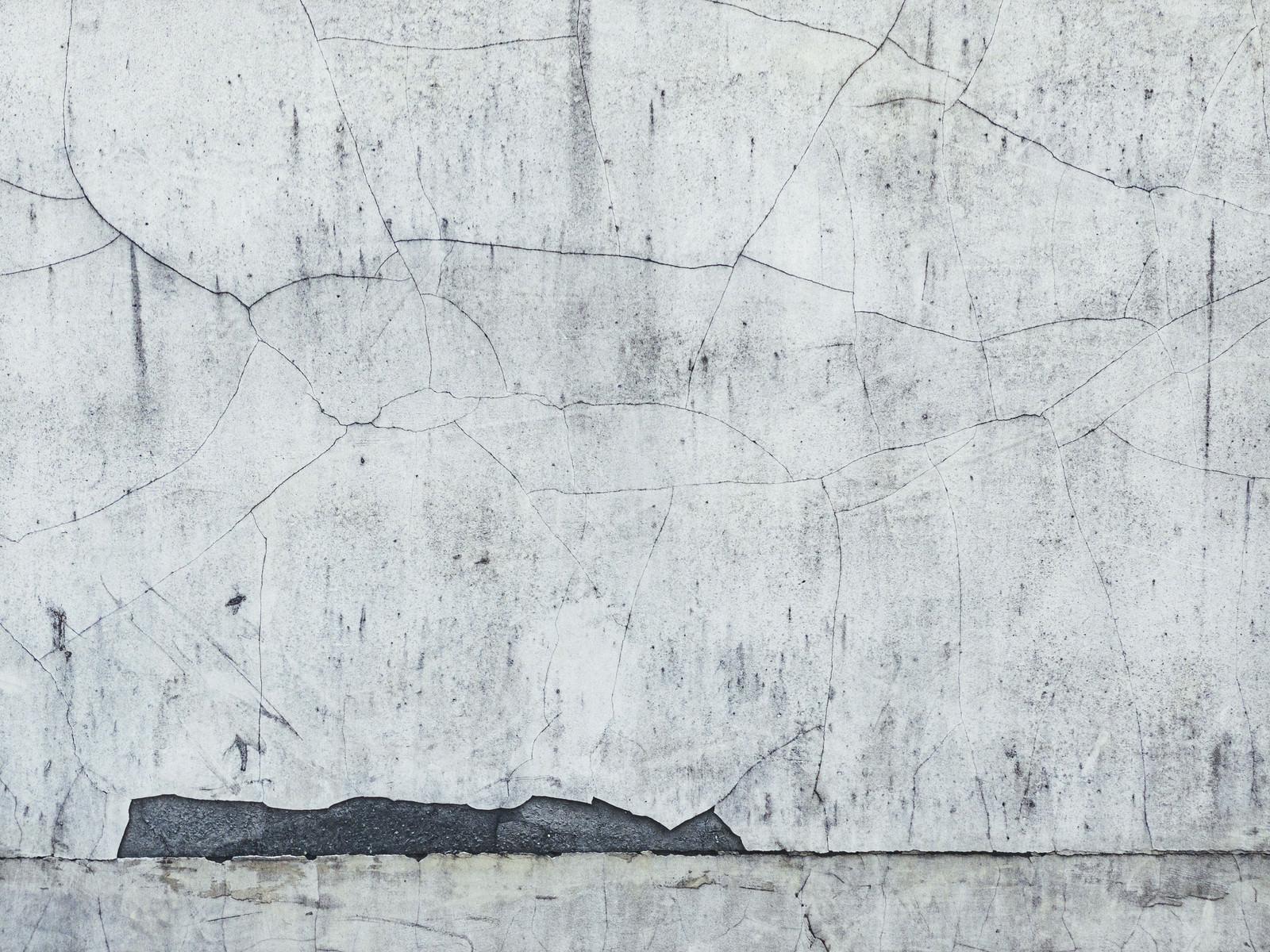 「ひび割れが著しいコンクリートの壁」の写真