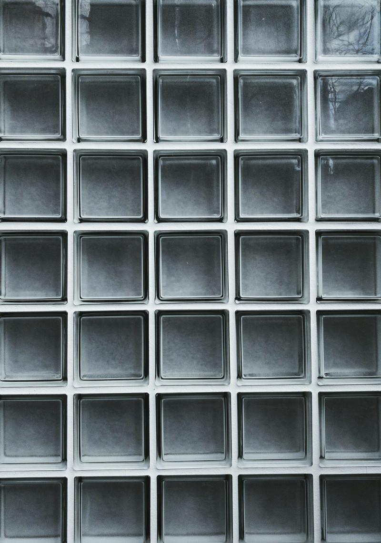 「正方形のガラスの壁」の写真