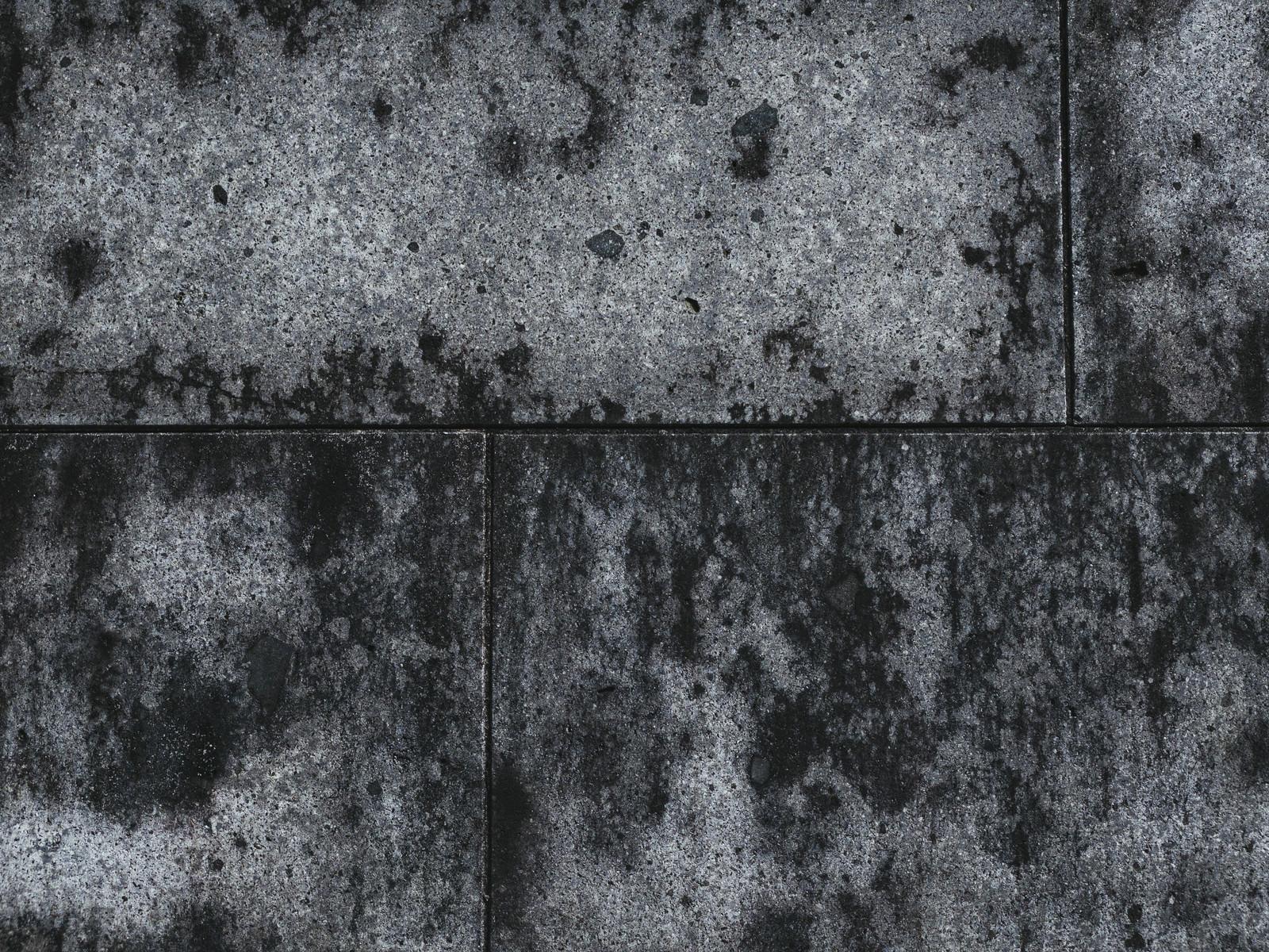「シミのようにこびりついたコンクリートの壁」の写真
