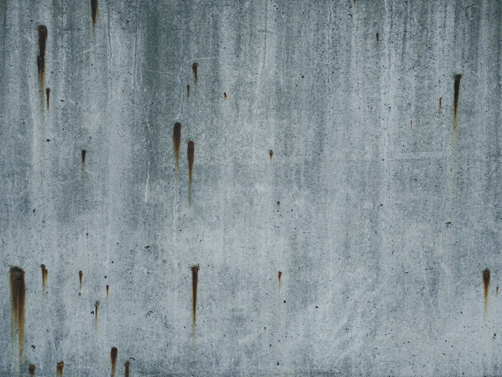 「錆が流れるコンクリートの壁」の写真