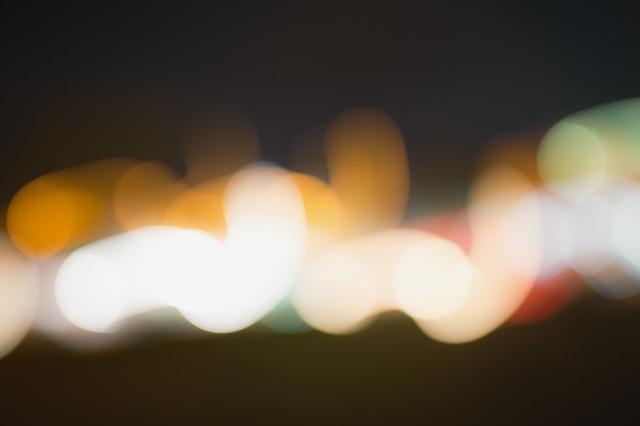 遠くに見える光りのボケの写真