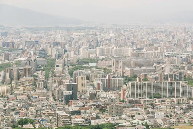 福岡空港から飛びたつ際の市街の様子の写真
