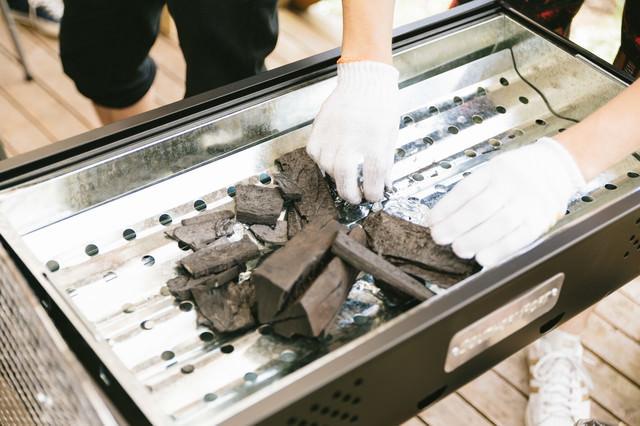 BBQ用の木炭を準備するの写真