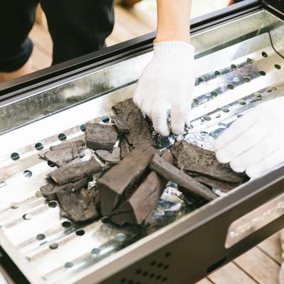 「BBQ用の木炭を準備する」の写真素材