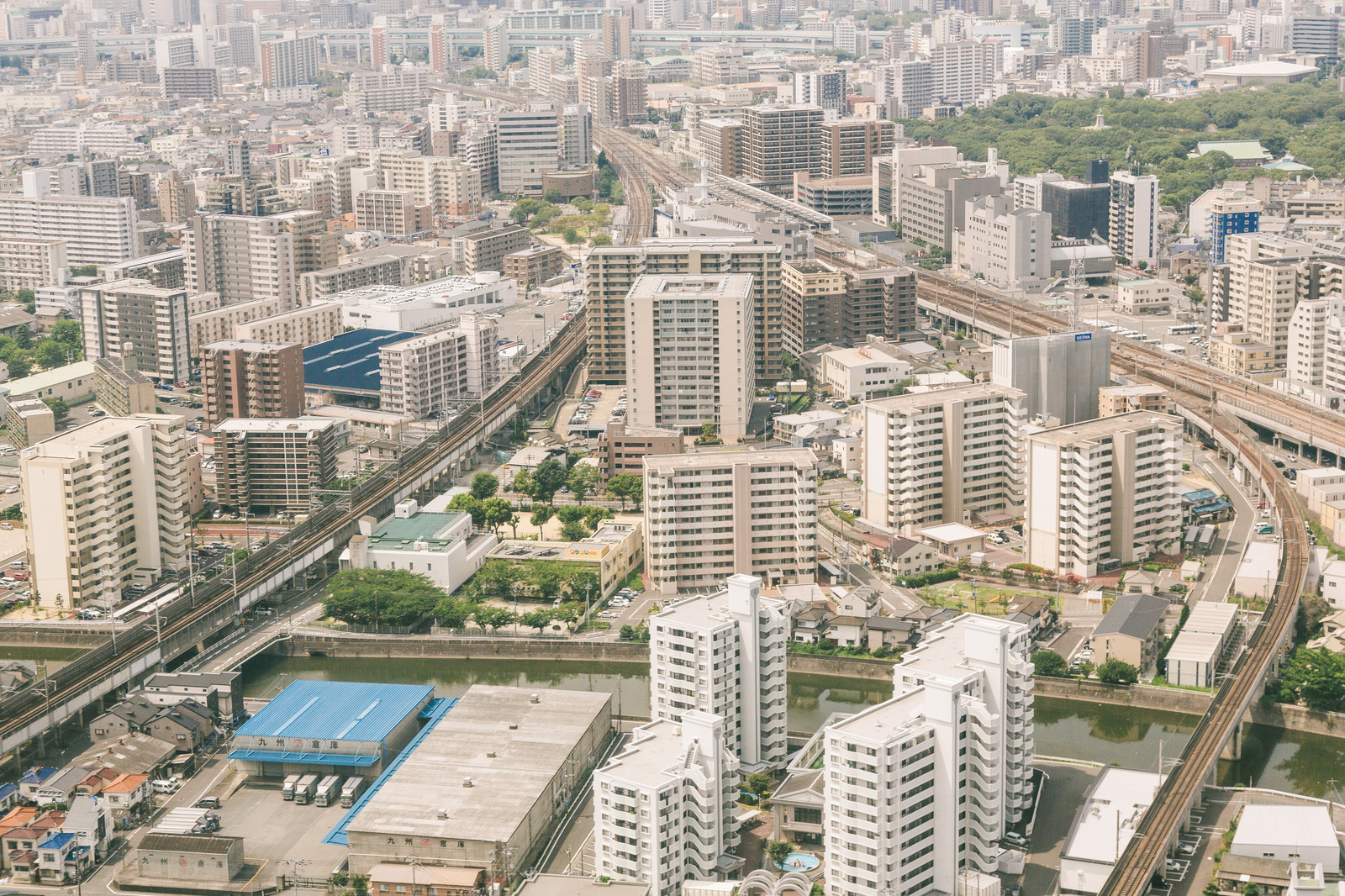 「高層マンションが立ち並ぶ福岡空港近く」の写真