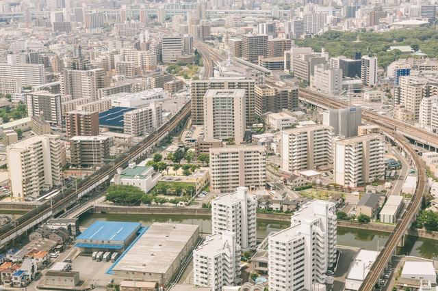 高層マンションが立ち並ぶ福岡空港近くの写真