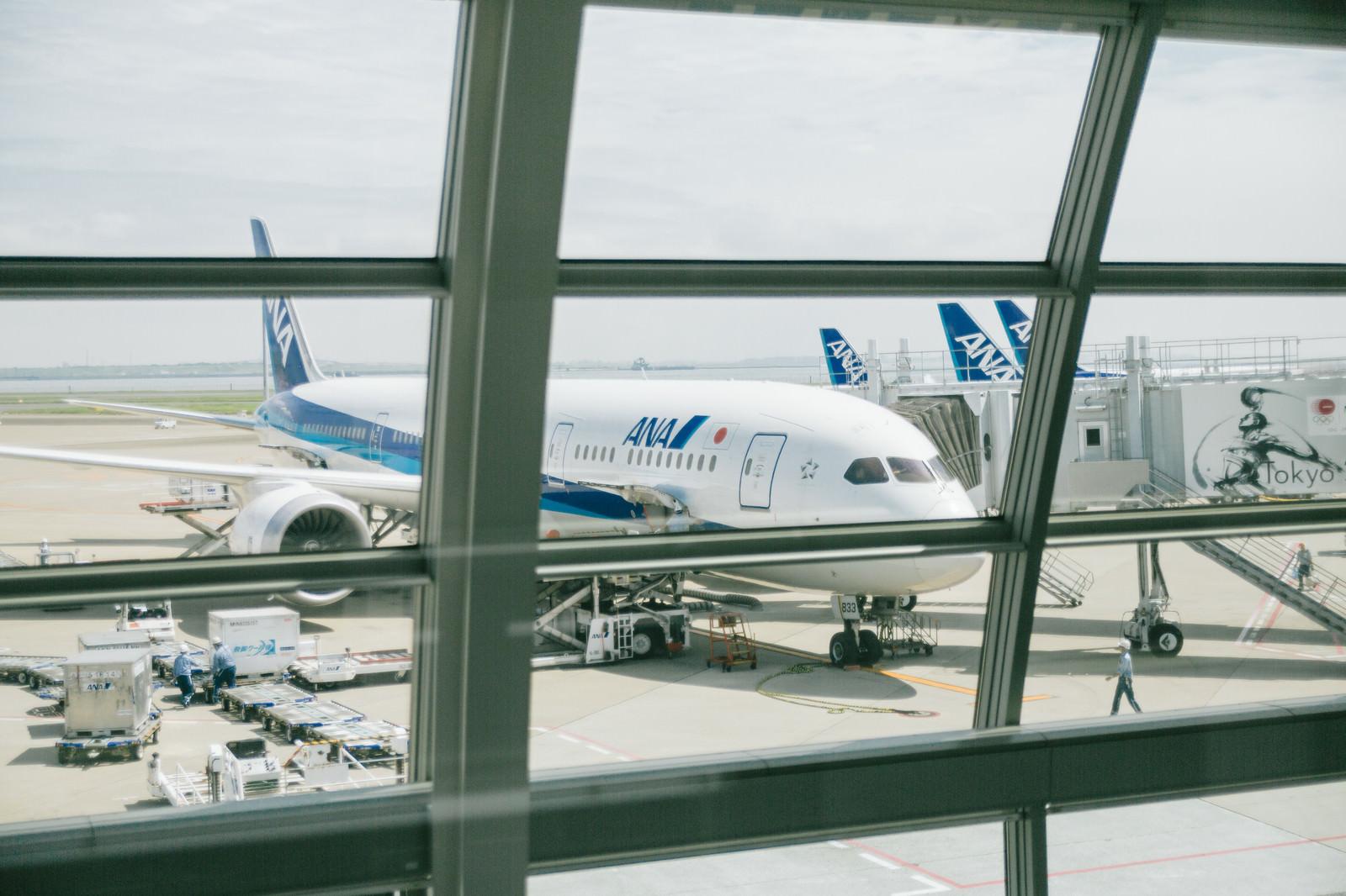 「フライト前の旅客機(ターミナルから)フライト前の旅客機(ターミナルから)」のフリー写真素材を拡大