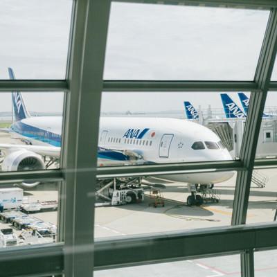 フライト前の旅客機(ターミナルから)の写真
