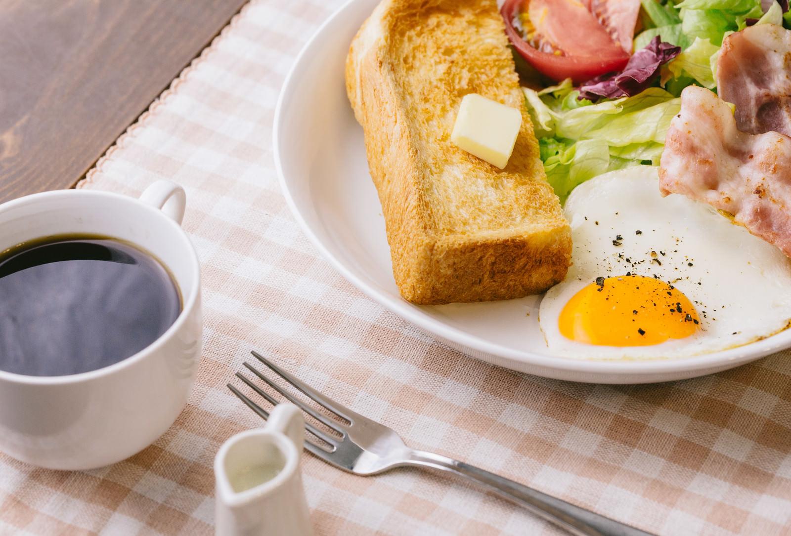 「コーヒーとトーストの朝食」の写真