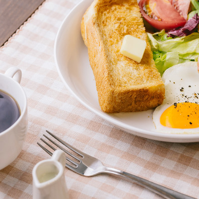 「コーヒーとトーストの朝食」の写真素材