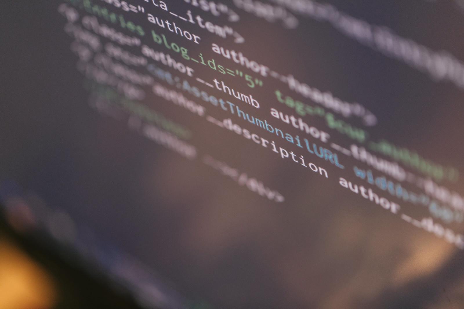 「コードが書かれたエンジニアのモニター」の写真