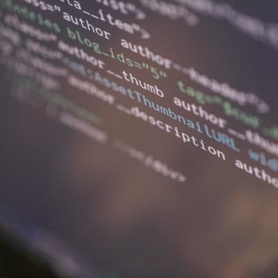 コードが書かれたエンジニアのモニターの写真