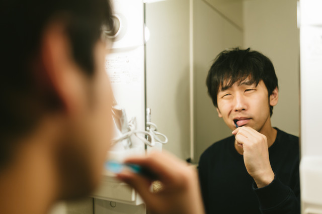 歯磨き中えずくアラサーの写真