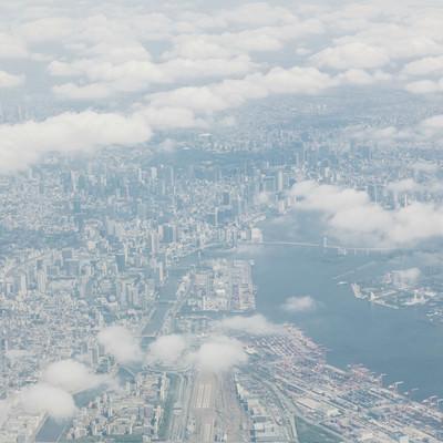 「雲の切れ目から見える東京の高層ビル郡」の写真素材