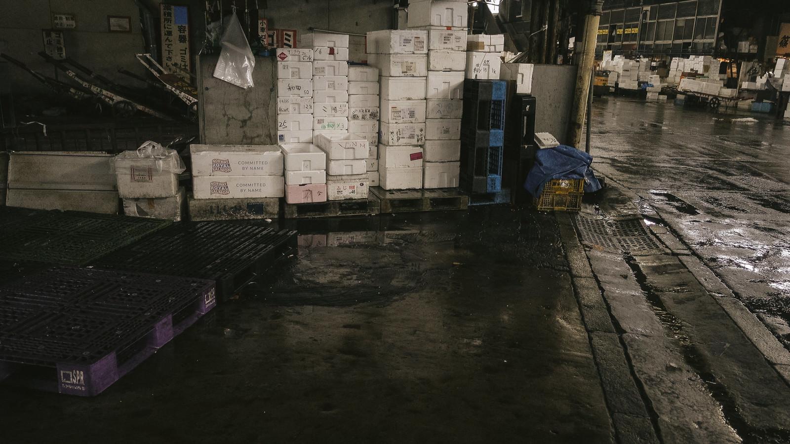 「山積みされた発泡スチロール(築地市場)」の写真
