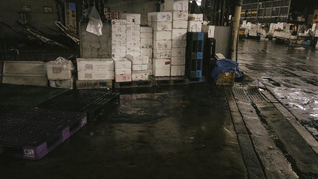 山積みされた発泡スチロール(築地市場)の写真