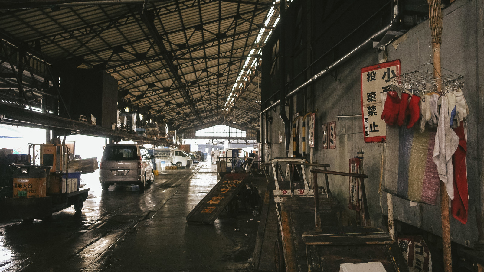 「老朽化と過密化が問題視されている築地市場」の写真