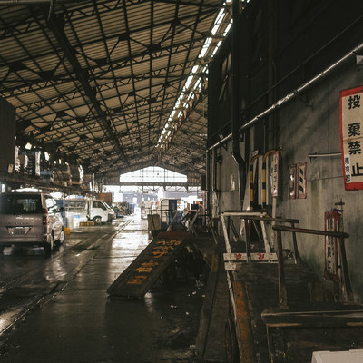 老朽化と過密化が問題視されている築地市場の写真