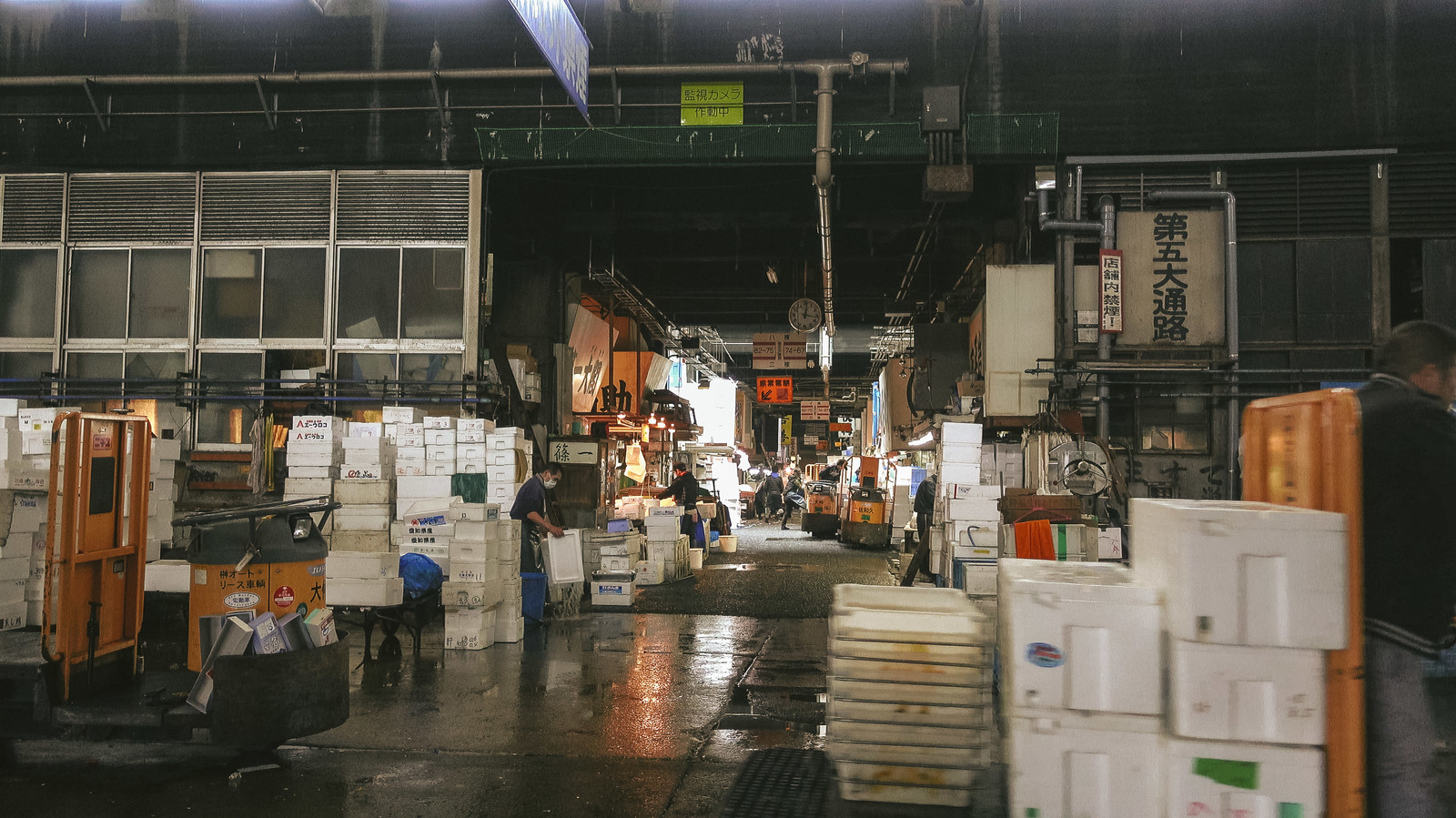 「狭隘化が著しい築地市場内」の写真