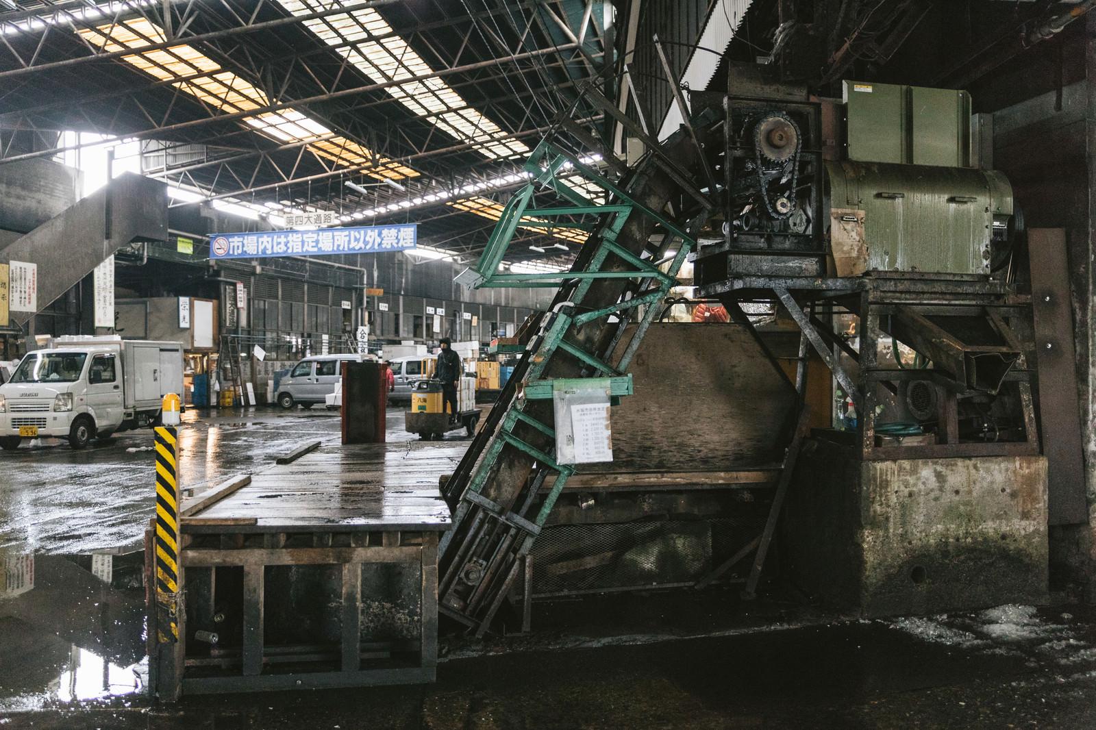 「築地市場内の使い込まれた機械 | 写真の無料素材・フリー素材 - ぱくたそ」の写真