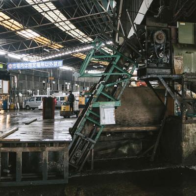 築地市場内の使い込まれた機械の写真