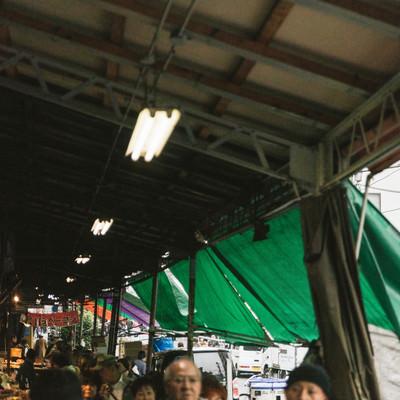 下町めぐり、築地場外市場と人混みの写真