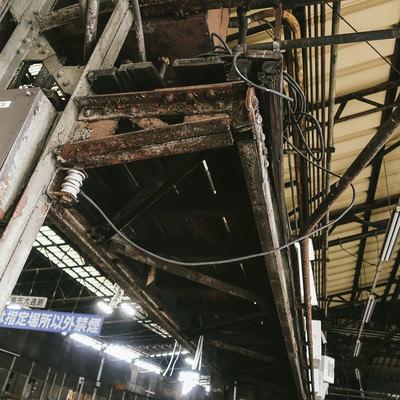 老朽化で鉄骨が錆びた築地市場内の写真