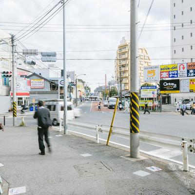 駅前の歩道の写真