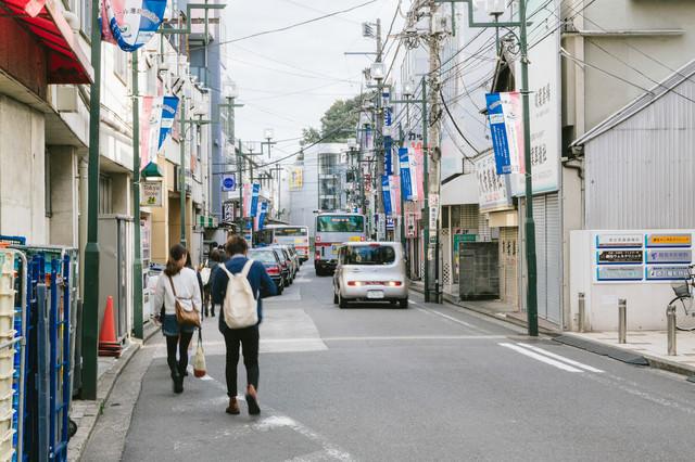 歩道がなく交通量も多い綱島駅前の写真