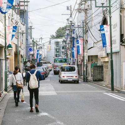 「歩道がなく交通量も多い綱島駅前」の写真素材