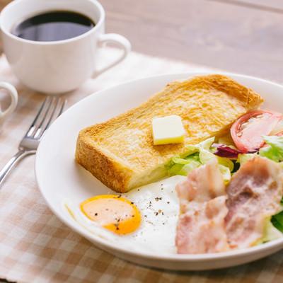 「朝食をしっかり食べて仕事をしましょう」の写真素材