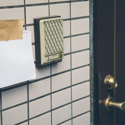 「玄関の外に貼っても問題化しないものだけにしよう!!」の写真素材