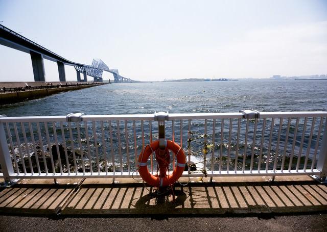 ゲートブリッジと釣りする人たちの写真