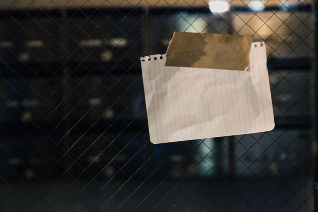 マンションの入口に貼られていた怪文書の写真