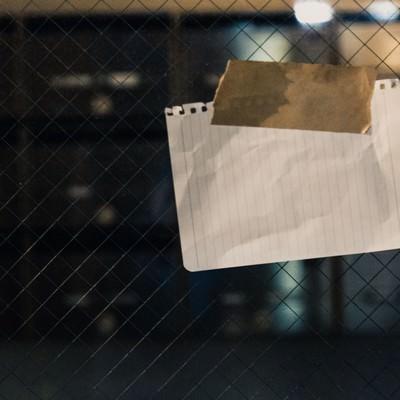 「マンションの入口に貼られていた怪文書」の写真素材