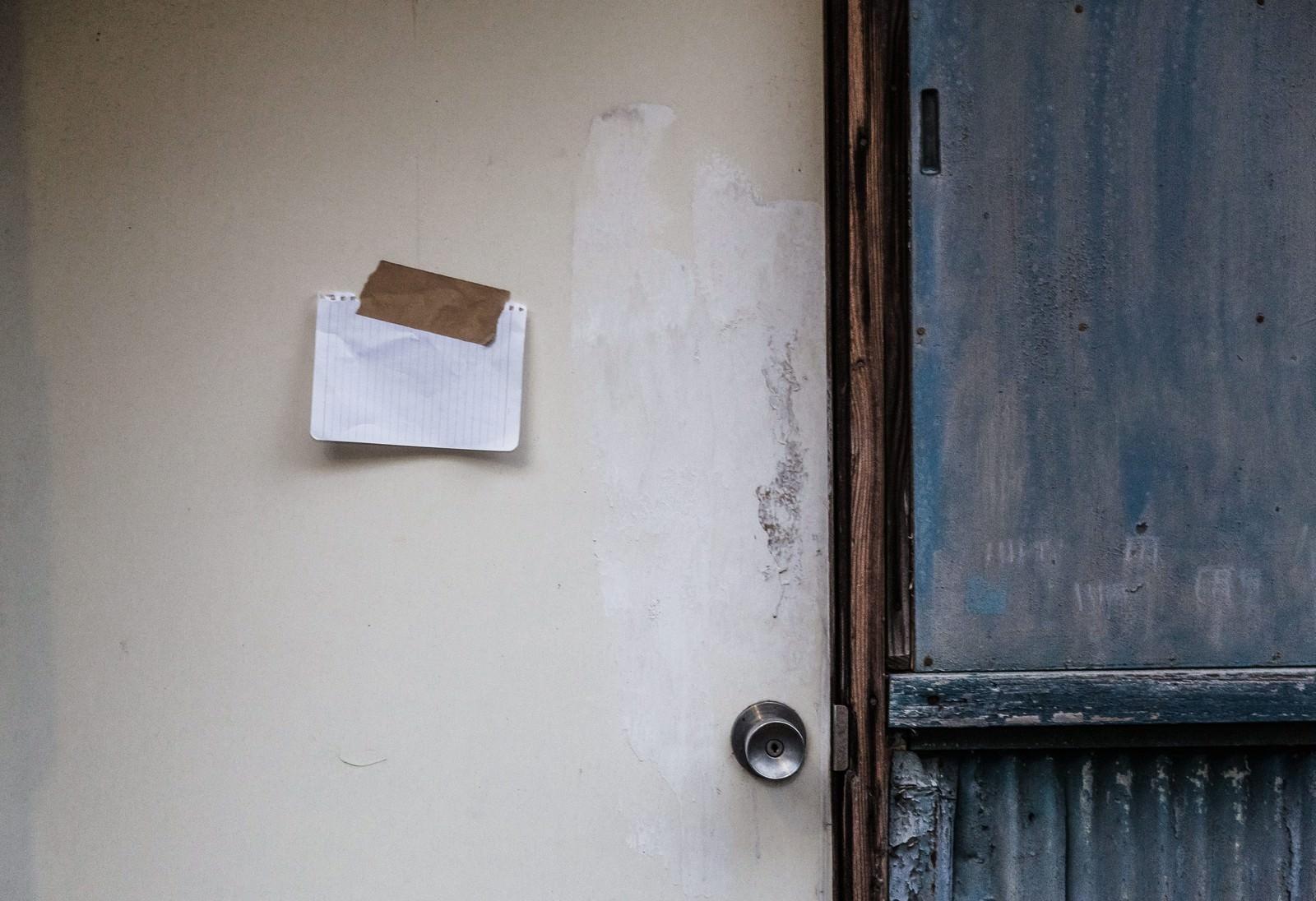 「平屋の玄関に貼られた1枚のメモ書き」の写真